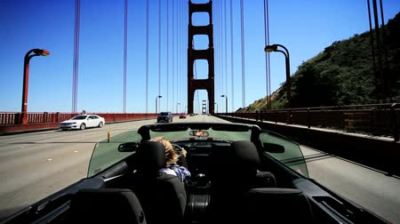 стремление : Luxury convertible car being driven across San Fanciscos Golden Gate Bridge Стоковые видеозаписи