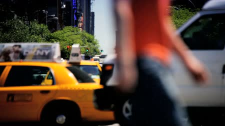 uliczki : New York traffic at a busy Intersection midtown Manhattan New York, North America, USA