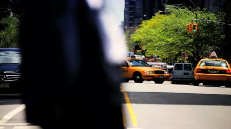 uliczki : Blurred Motion of traffic at Intersection on a busy day in Manhattan New York, North America, USA Wideo