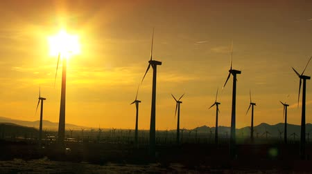 türbin : Wind turbines producing clean alternative energy in silhouette at sunset