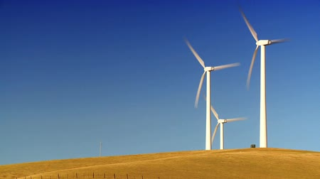 parque eólico : Wind turbines producing clean alternative energy in barren landscape