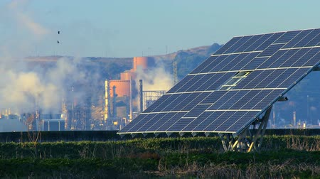 energia alternativa : Solar power plant producing sustainable energy from photovoltaic solar panels Vídeos