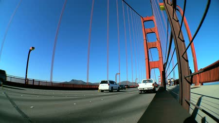mosty : Fish-eye view of traffic & pedestrians on Golden Gate Bridge, San Francisco