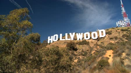 letreiro : Iconic Hollywood sign in the hills of Los Angeles by communications tower