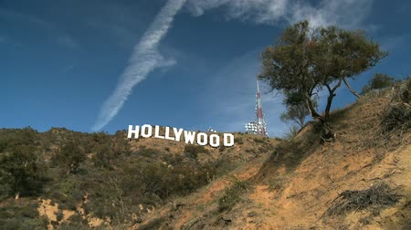 znak : Time-lapse clouds over Iconic Hollywood sign in the hills of Los Angeles