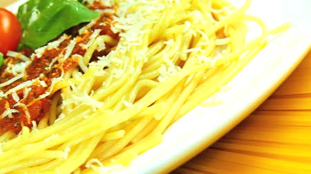 İtalyan : Traditional italian spaghetti bolognese dressed with fresh tomatoes & basil leaves ready to eat