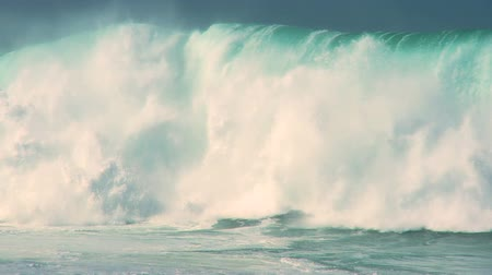 ondas : Awesome power of surfing waves breaking onto land 60 FPS