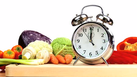 estilo de vida saudável : Clock hands reminding us to include delicious fresh vegetables as part of a daily modern healthy lifestyle diet