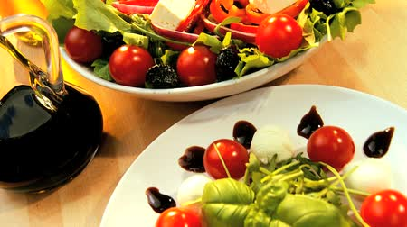 диета : Temptingly displayed fresh crisp salad, mozarella cheese & oils making a healthy nutritious meal Стоковые видеозаписи