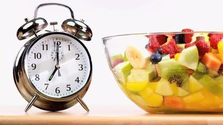 alacsony kalóriatartalmú : Alarm clock bell warning that it is time to start eating fresh fruit as part of a balanced healthy diet