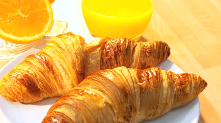 význam : Delicious croissants & fresh orange juice full of vitamins making breakfast an important part of a busy lifestyle Dostupné videozáznamy