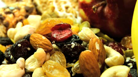 kurutulmuş : Selection of fresh & dried fruits, nuts & cereal bars to eat as healthy snack food options Stok Video