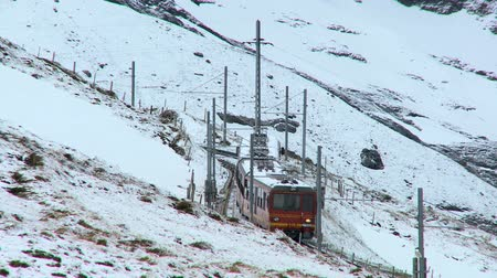 švýcarský : Jungfrau mountain railway transporting visitors in Swiss Alps