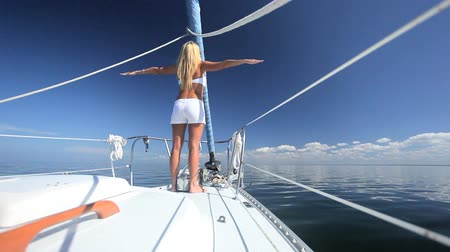żaglówka : Beautiful blonde girl enjoying the jet set lifestyle aboard a luxury yacht