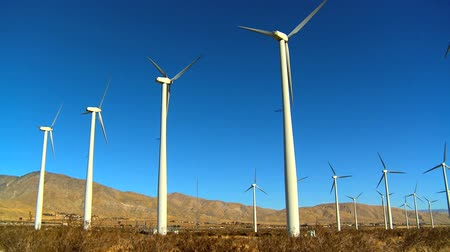 renovável : Cluster of wind turbines producing clean & renewable energy