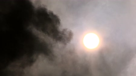 asit : Black smoke being pumped into the atmosphere obscuring the sun Stok Video