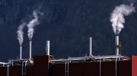 pompki : Oil refinery smoke polluting the air in a glacial valley Wideo