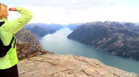 noruega : Lone young female  on top of the world fulfilling her ambitions Vídeos