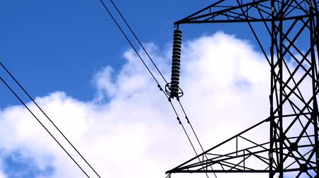 renovável : Time-lapse clouds & blue sky behind an electricity pylon Vídeos