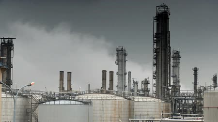 rafineria : Oil refinery pumping smoke into the atmosphere