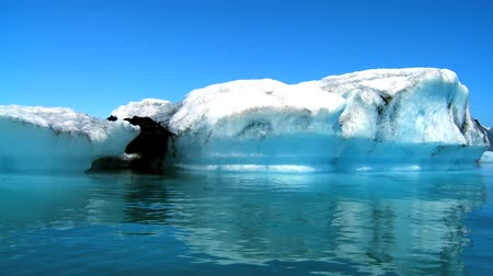 согревание : Glacial iceberg slowly melting into the lake through global warming 60 FPS