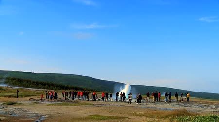 recursos : Eco-tourists watching the eruption of a geothermal geyser 60 FPS Vídeos