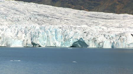 olvad : jokulsarlon glacier slowly melting into the lake through global warming