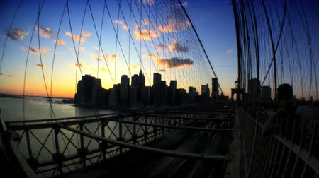 yaya köprüsü : Time-lapse sunset with fish-eye view of pedestrians & traffic on Brooklyn Bridge,New York City, USA