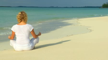 meditação : Serene young female relaxing with yoga on a beautiful tropical beach 60 FPS Vídeos
