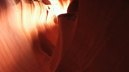 antilop : Motion jib shot inside red sandstone formations of Antelope Canyon  Stok Video
