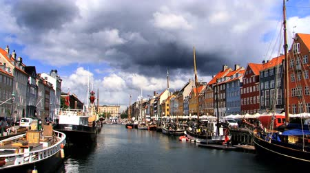 kodaň : Nyhavn colored houses fronting waterways in Copenhagen Dostupné videozáznamy