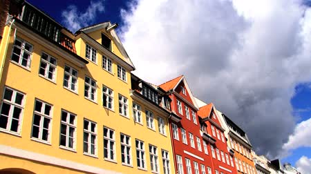 kodaň : Nyhavn coloured houses in Copenhagen, with time-lapse sky