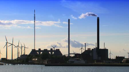 климат : Wind turbines on the coast of Denmark at industrial site