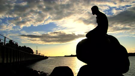 kodaň : Statue of the Little Mermaid, Copenhagen, under cloudscape at dawn