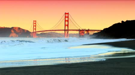 mosty : San Franciscos Golden Gate Bridge & ocean waves crashing to shore Wideo