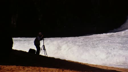 filmagens : Photographer filming crashing waves in tropical storm Stock Footage