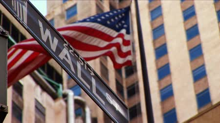 zeď : Wall Street & American flag flying New York, USA