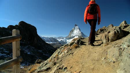suíça : Female hiker enjoying view of the Matterhorn, Switzerland
