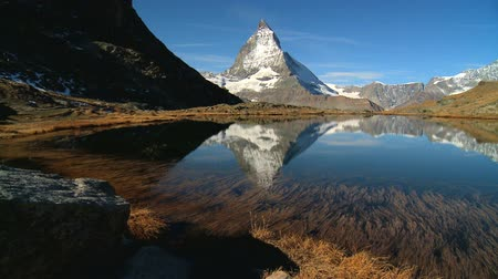suíça : Mountain lake with Matterhorn in the background, Switzerland, motion jib