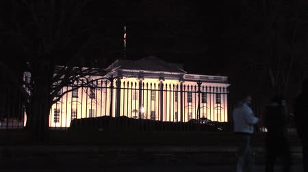 szövetségi : A visitors view of the White House & Washington DC illuminated at night