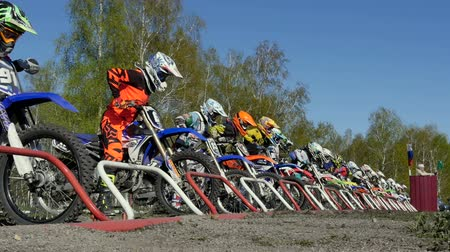 trilha : Miasskoe, Russia - may 02, 2016: start a large group of riders motorcyclists during Cup of Urals motocross