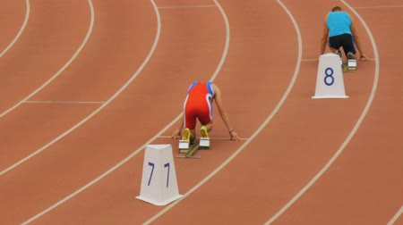pista de corridas : male athletes start at a distance of 400 meters in stadium during Championship in athletics