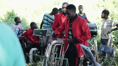 KENYA, KISUMU - MAY 20, 2017: Musical group is playing outside. African people, men in red jackets is preparing to show. Vídeos