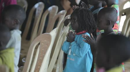 klasa : KENYA, KISUMU - MAY 20, 2017:Big group of african children dancing, clapping their hand and singing together. Wideo