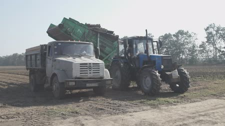 To tractor, potato harvester, a truck pulls up with a body to boot yield.