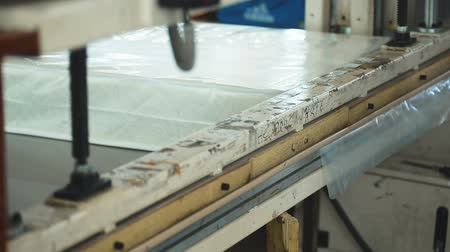 матрац : Process of packaging mattresses in workshop in factory indoors