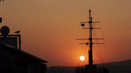 такелаж : Silhouette of Ship in Dock At Sunset