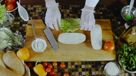 пикник : Chef Puts Salad Leaf On A Sandwich