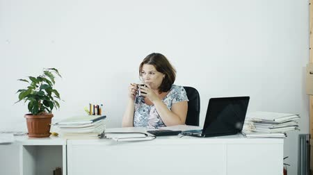amarrado : Woman Drinking Coffee In The Workplace