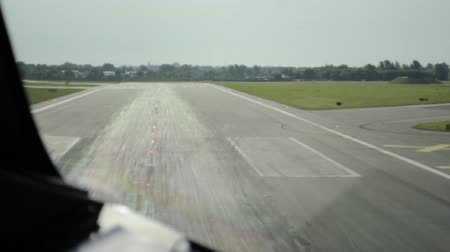 metin alanı : View from the airplane cockpit while taking off from the runway. Stok Video
